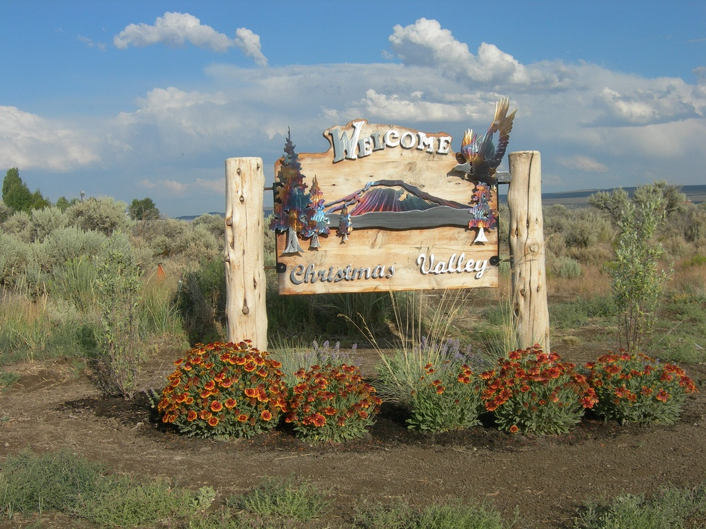 Christmas_Valley_welcome_sign